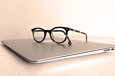 Brille auf Laptop